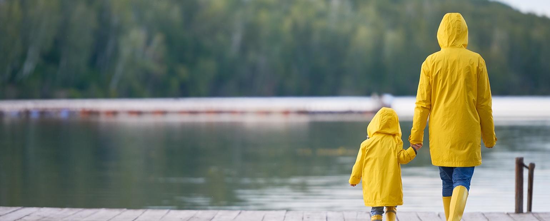 aiti ja lapsi veden vieressa